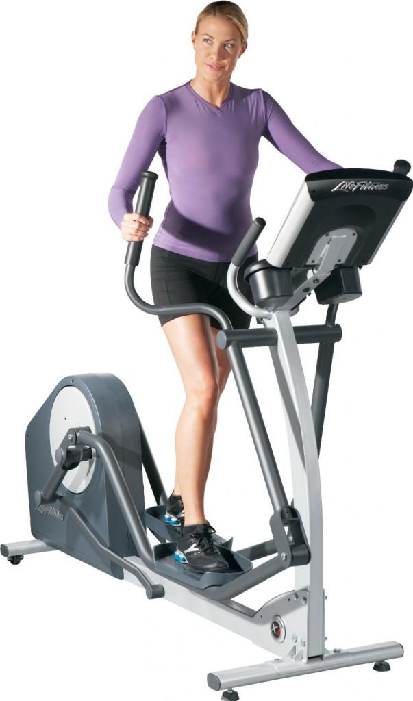 Life Fitness Crosstrainer X1 Go mit Frau